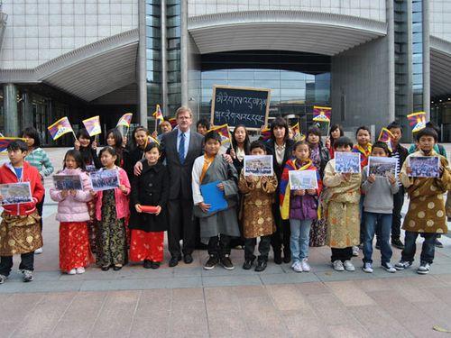 26.10.2010, Übergabe einer Petition tibetischer Kinder vor dem Europäischen Parlament, Brüssel